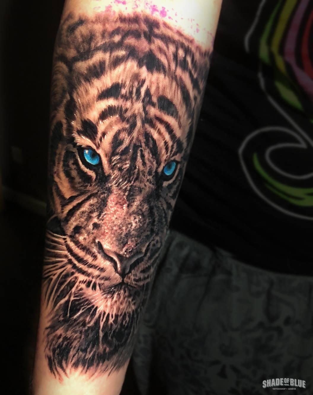 Tatouage realiste animaux tigre noir et gris couleurs
