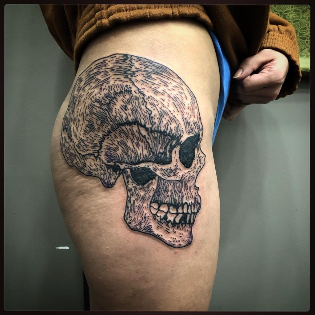 Tatouage graphique skull crane cuisse noir et gris