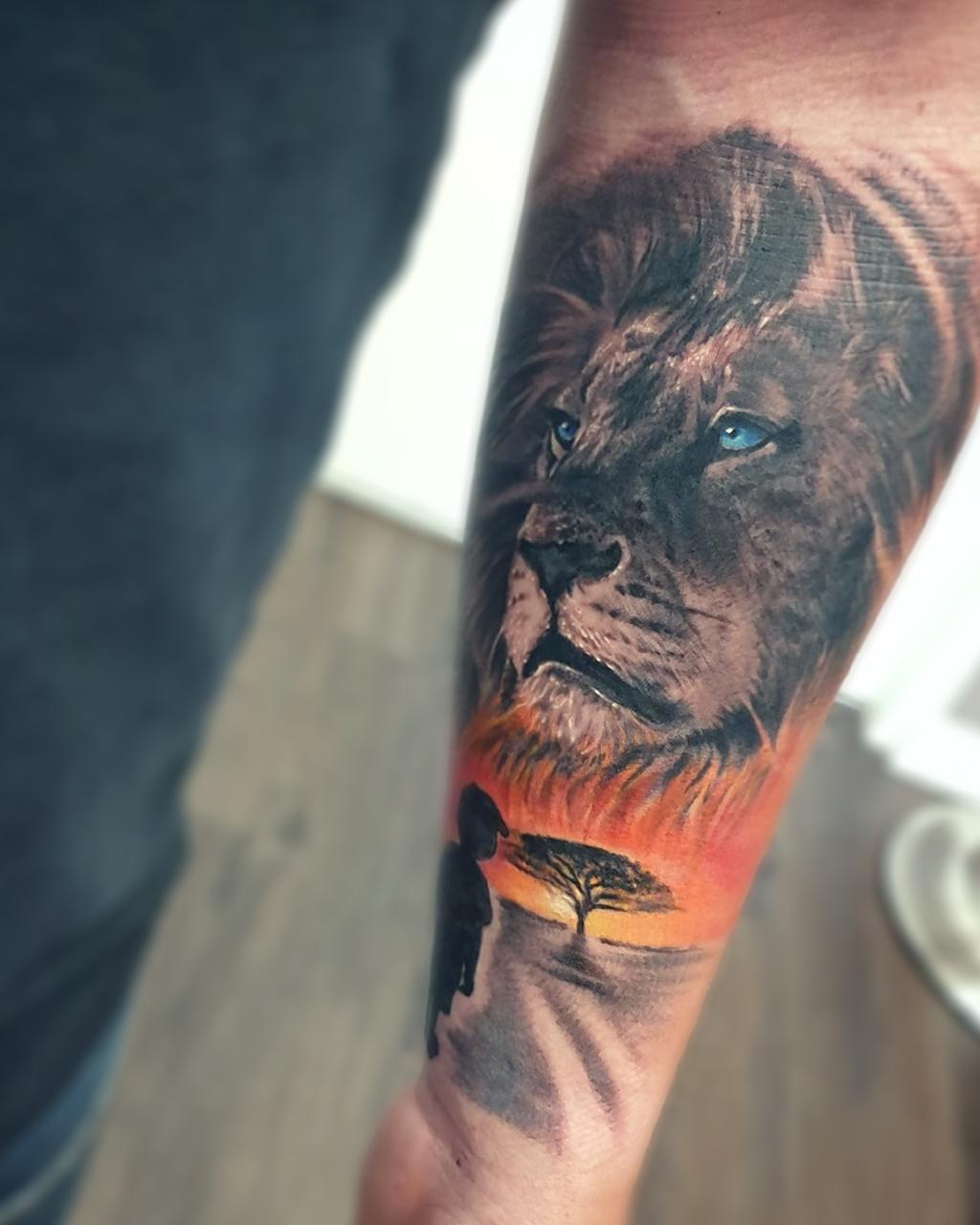 Tatouage animal lion noir et gris couleurs