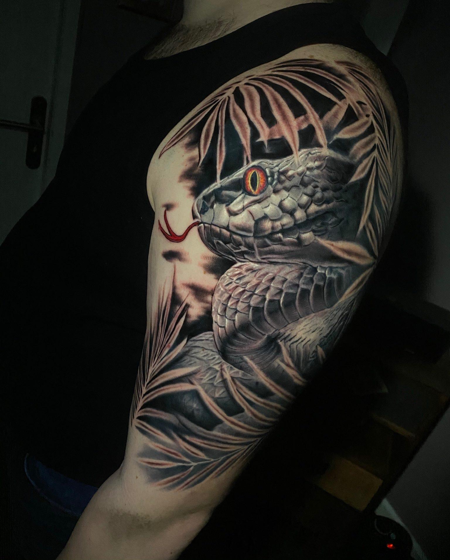 Tatouage réaliste noir et gris d'un serpent